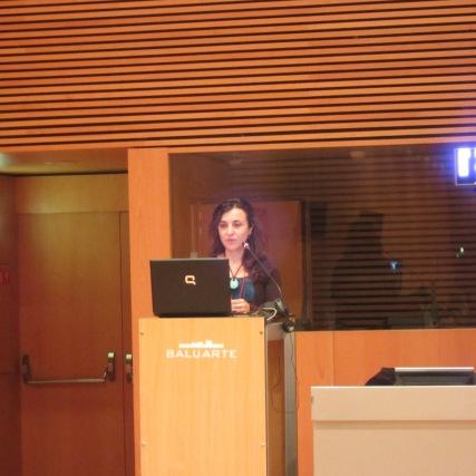 Ángela Díaz, responsable de sostenibilidad y ambiente de Koan Consulting presentando TRAVELIFE